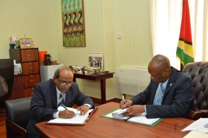 Indian High Commissioner to Guyana, Mr. Venkatachalam Mahalingam and Minister of State, Mr. Joseph Harmon signing the Memorandum of Understanding at the Ministry of the Presidency.