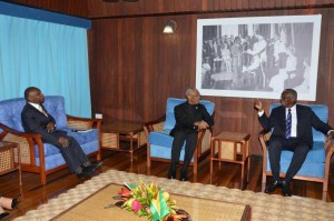 President David Granger (centre) chatting with Prime Minister of Barbados, Freunde Stuart at the Ministry of the Presidency. Also present was Foreign Affairs Minister, 2nd Vice President, Car Greenidge.